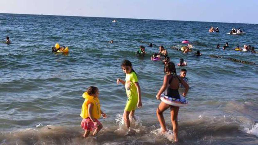 أطفال مستشفى 57357 يستمتعون بشواطئ الإسكندرية