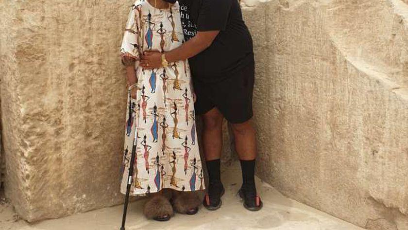داستن مع والدته جلوريا خلال زيارة الأهرامات