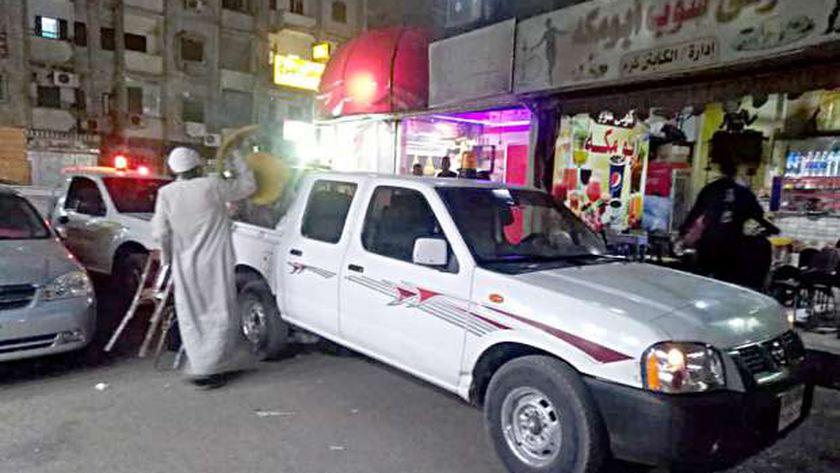 """قوات الأمن تغلق مقهي خالف """"قرارات كورونا"""" بقنا.. صورة أرشيفية"""