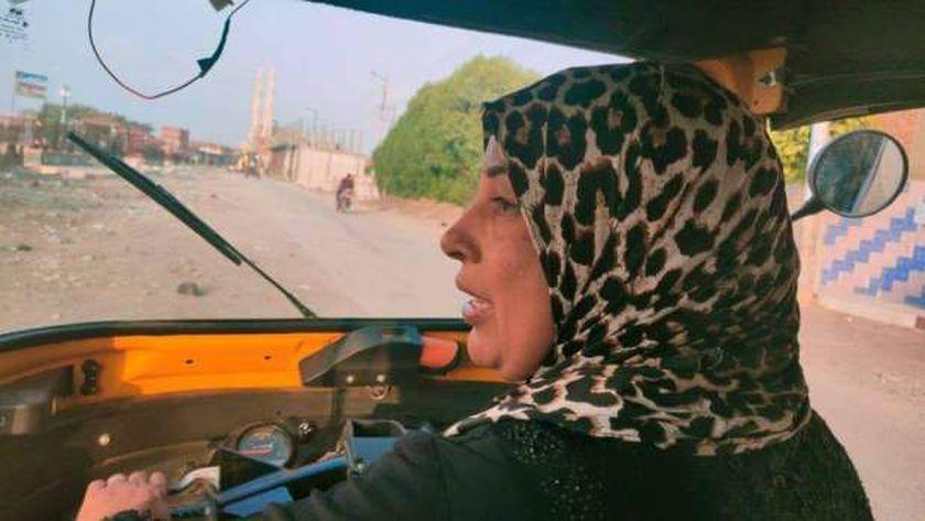 دلال بسيوني أول سائقة توكتوك في المنوفية