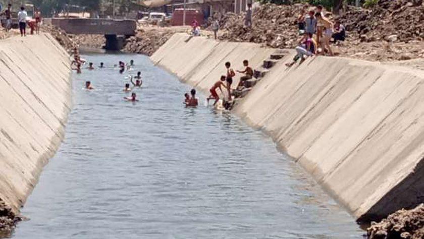 بورتو زاوية الناعورة.. أطفال يحولون الترعة إلي مصيف