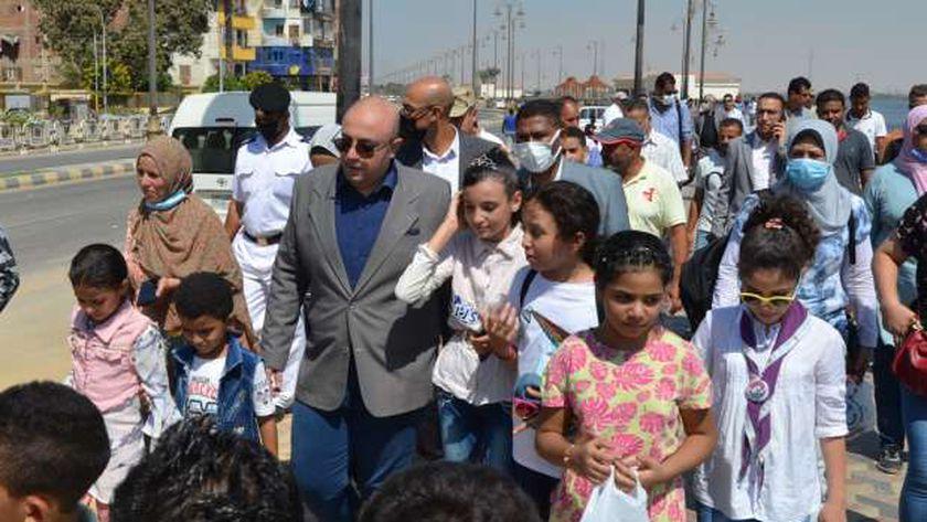 محافظ بني سويف يصطحب عددا من الطلبة لزيارة المشروعات القومية (صور)