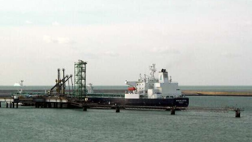 ناقلة النفط الخام منيرفا هيلين ، في محطة النفط في دونكيرك ، فرنسا
