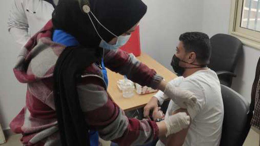 الدكتور شريف الشناوى مدير الطب الوقائى بمطروح خلال حصوله على لقاح كورونا