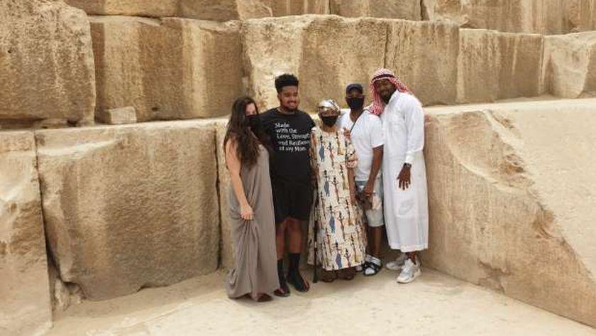 السيدة الأمريكية مع عائلتها في الهرم
