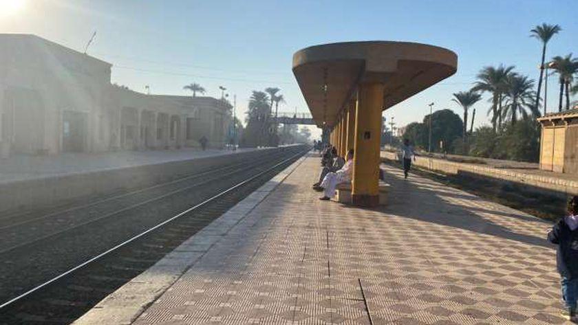 """""""قطار مميز"""" ينسي التوقف ويترك الركاب علي محطة العسيرات بسوهاج"""