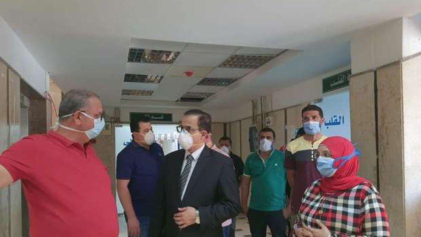 الدكتور خالد عبدالغنى وكيل وزارة الصحة بمطروح خلال تفقدة مستشفى مطروح العام