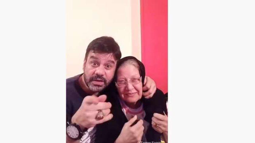 الفنان تامر سمير ووالدته