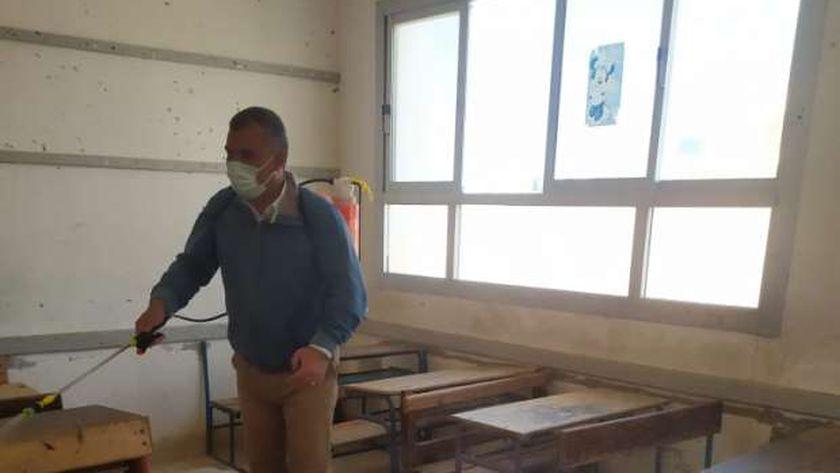 معلم خلال تعقيمة لجان إمتحانات مدرسة العبور بمطروح