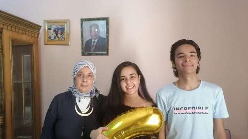 رغدة تحتفل بترتيبها السادس مع شقيقها التوأم