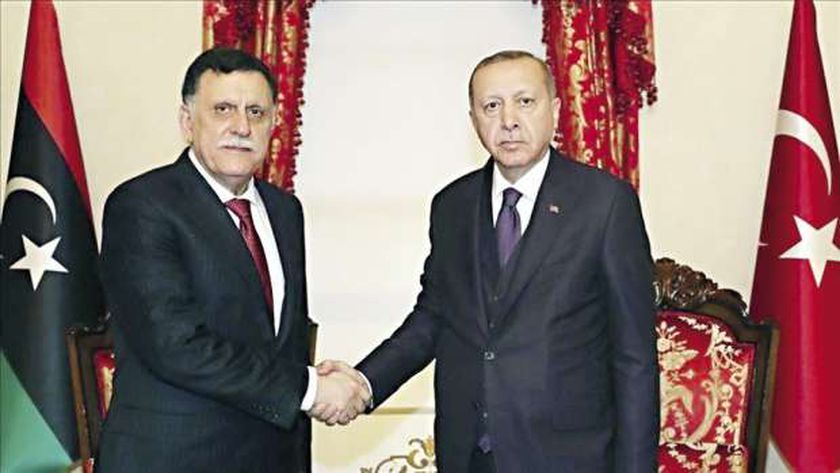 """رئيس النظام التركي رجب طيب أردوغان """"يمين"""" وفايز السراج """"يسار"""""""