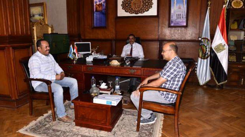 اللواء خالد شعيب محافظ مطروح خلال لقائه مع مدير عام الحسابات ونائب ريس مدينة الحمام