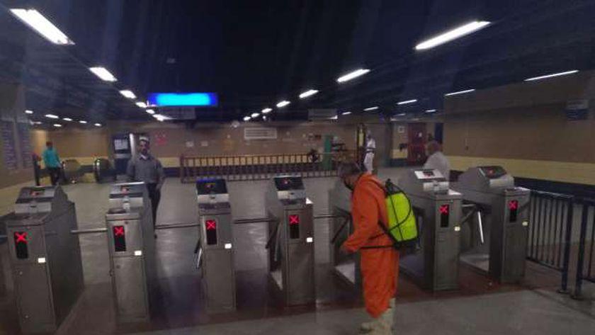 عمليات التعقيم داخل مترو الأنفاق