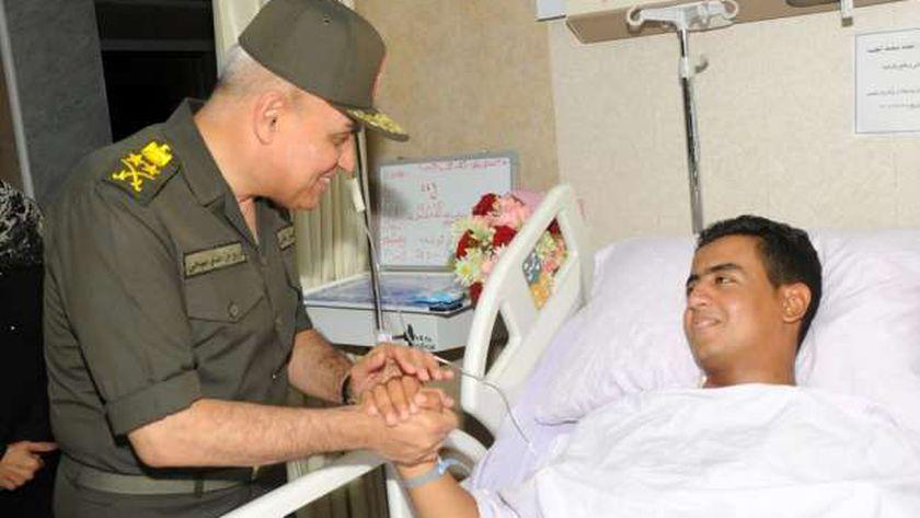 وزير الدفاع يزور مصابي القوات المسلحة بالمستشفيات