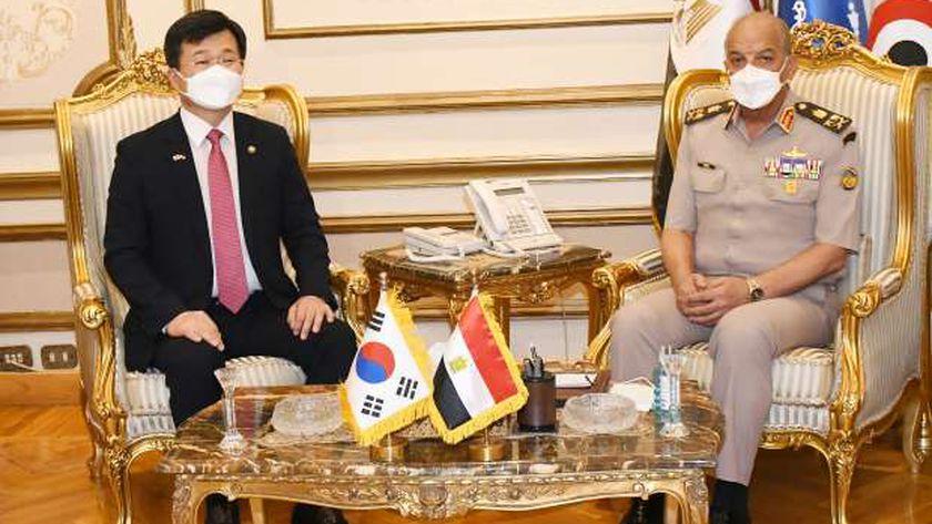 وزير الدفاع يلتقي وزير برنامج إدارة المشتريات الدفاعية بكوريا الجنوبية