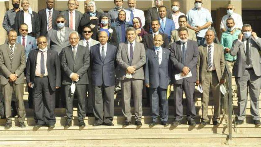 رئيس جامعة المنيا مع عمداء الكليات