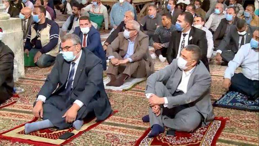 مصلون يؤدون صلاة التراويح وسط إجراءات احترازية من كورونا