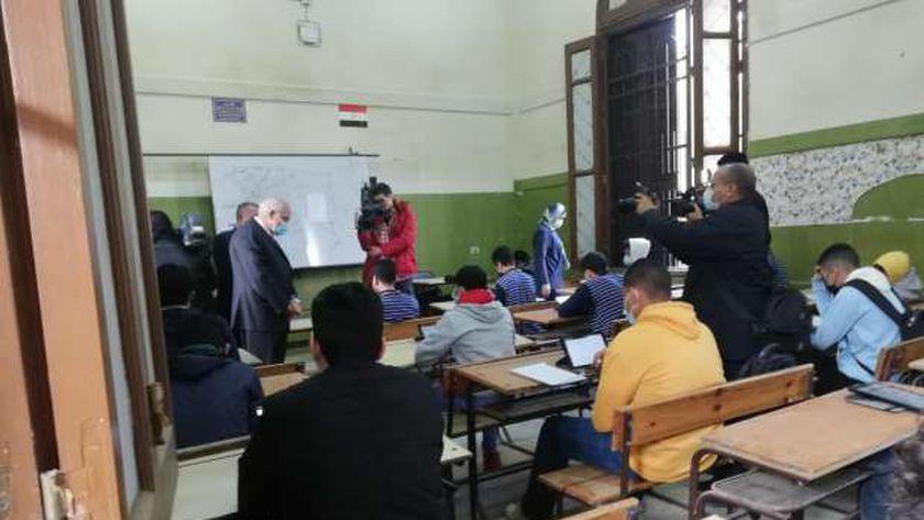 صورة مليون و462 ألف طالب يؤدون امتحانات الفصل الدراسي الأول بمدارس الجيزة – مصر