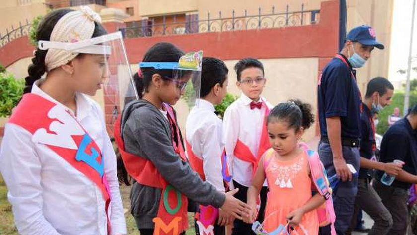 الطلاب القدامى بالمدرسة اليابانية يستقبلون الطلاب الجدد