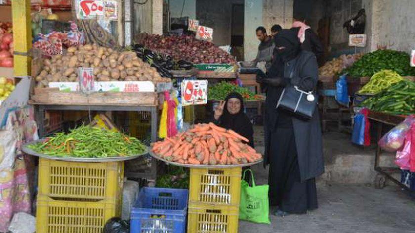 إحدى أهالي مدينة العريش ترفع «علامة النصر»