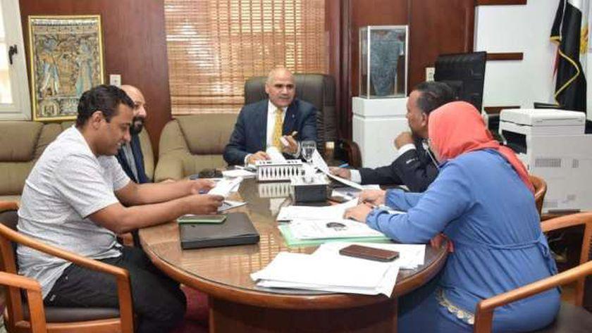 رئيس جامعة الأقصر في إجتماع مع أعضاء المجلس
