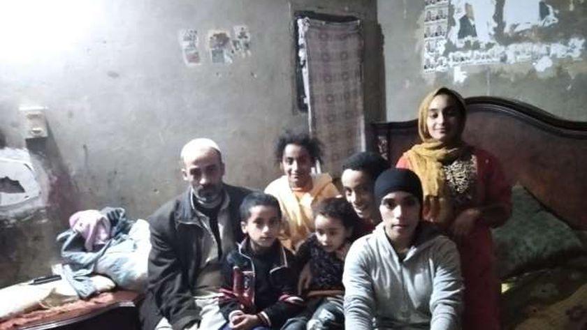 «منزل متصدع وأمراض».. أسرة تعيش تحت خط الفقر وتحلم بحياة كريمة في الشرقية