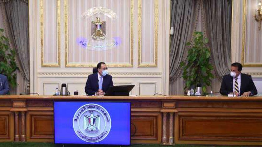 """رئيس الوزراء خلال مناقشته تصورات العام الدراسي الجديد مع وزيرا التعليم والتعليم العالي """"أرشيفية"""""""