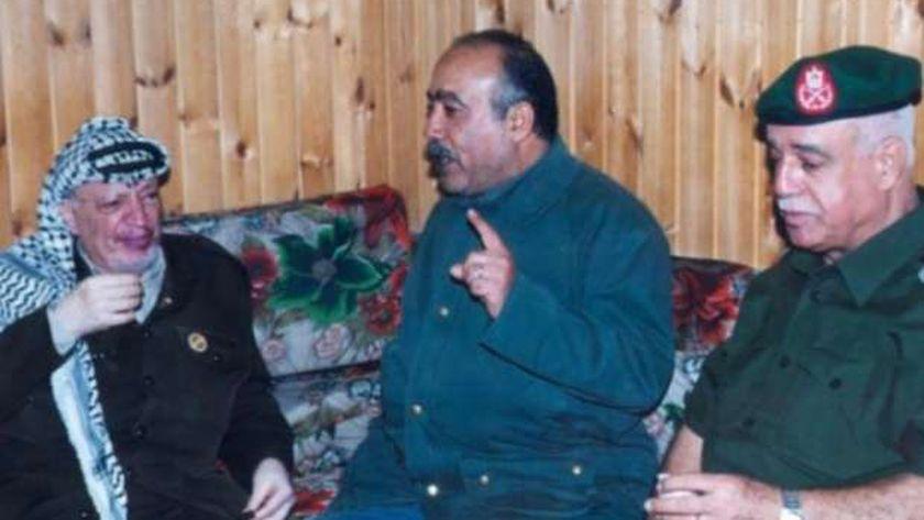 شيخ الأسرى الفلسطينيين بجوار الزعيم الراحل ياسر عرفات قبل اعتقاله (أرشيفية)
