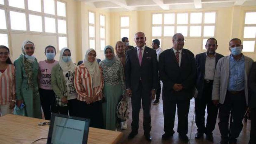 رئيس جامعة الأقصر مع طلاب كلية الطب