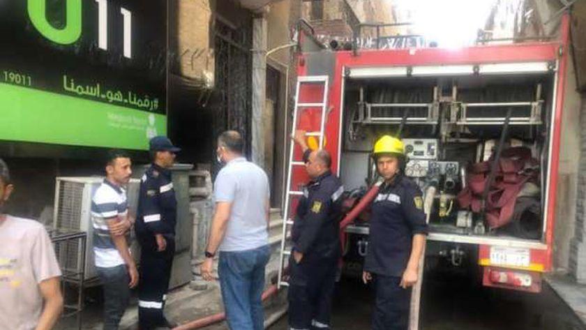 رجال الإطفاء أثناء إخماد حريق عقار بين السرايات