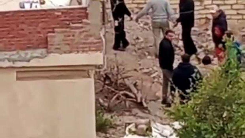 ربة منزل وأبنائها يمثلون جريمة قتل جارتهم المسنة وسط حراسة مشددة بالفيوم