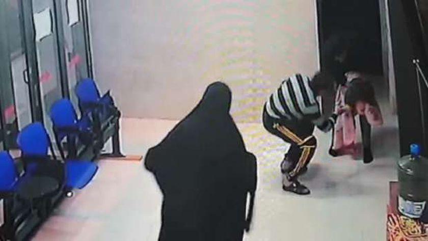 صورة مصادر فلسطينية تؤكد أن مقطع فيديو إنقاذ طفلة من الاختناق يعود لعامين – العرب والعالم