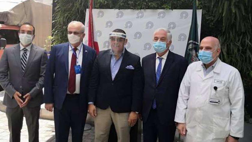 السفير المصري خلال زيارته المستشفى