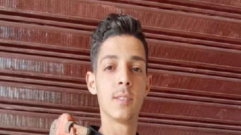 حسين رجب طالب يمتهن السباكة