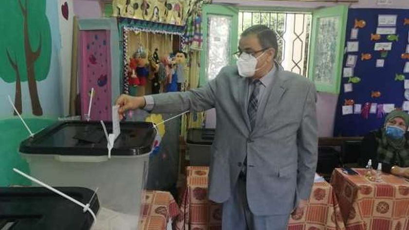 رئيس جامعة كفر الشيخ ونائبه يدليان بصوتيهما في انتخابات الشيوخ