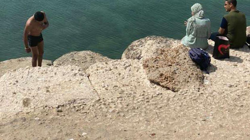بغض الشباب في مياه البحر هروباً من الحر