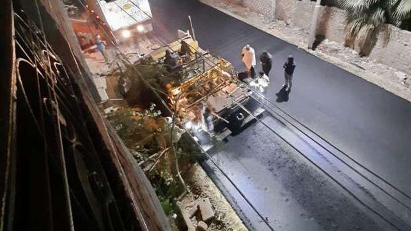 «طرق بني سويف» تواصل تنفيذ أعمال الرصف ليلا منعا للتكدس المروري
