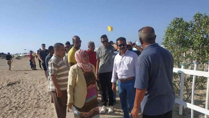 اللواء جمال رشاد خلال متابعة شواطئ الإسكندرية