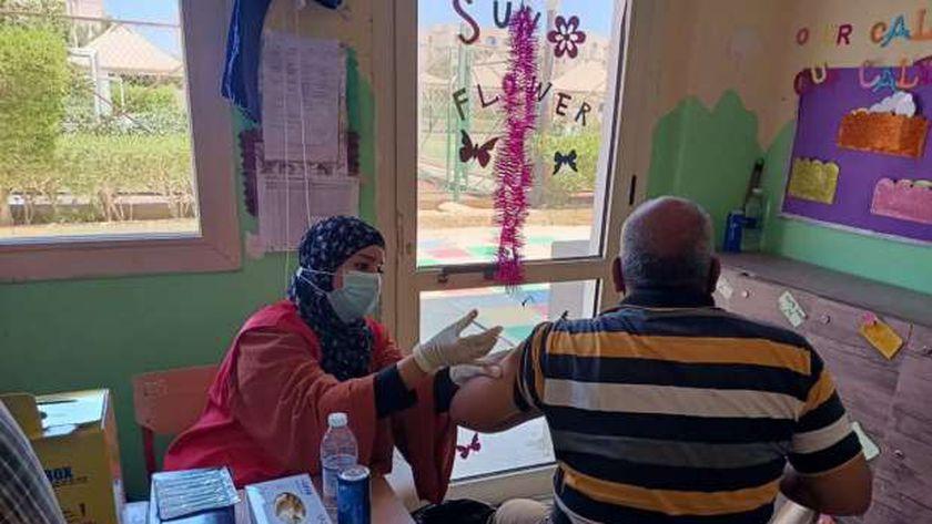تطعيم لقاح كورونا للمعلمين بالبحر الأحمر