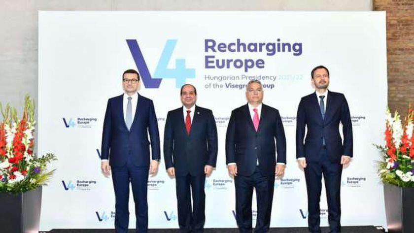 الرئيس «السيسى» يتوسط قادة «المجر وبولندا والتشيك وسلوفاكيا» خلال مشاركته فى قمة «فيشجراد»