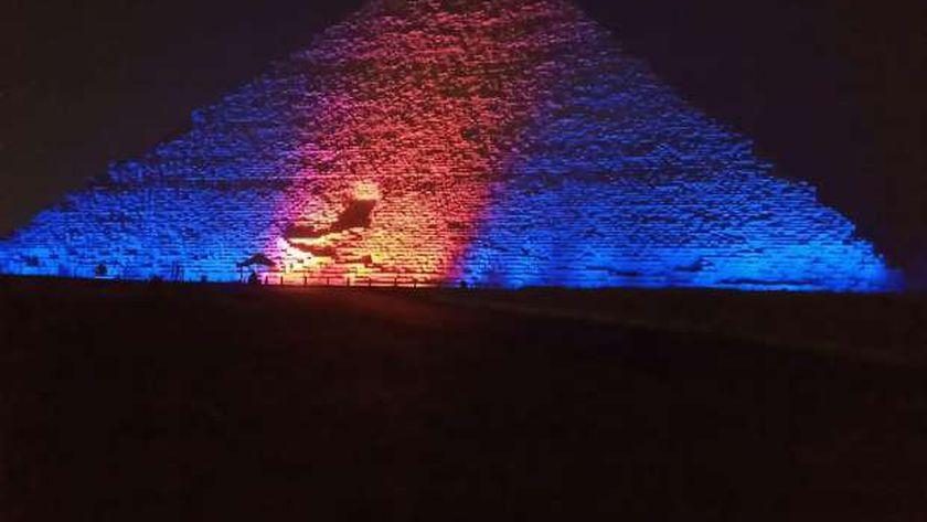 إضاءة الأهرامات باللون الأزرق والبرتقالي بمناسبة اليوم العالمي للكبد