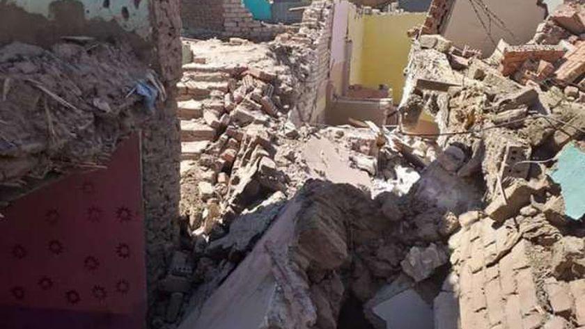 اخلاء منزل من السكان عقب حدوث انهيار جزئي بسوهاج