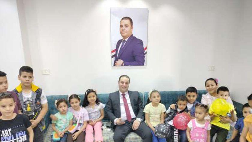 برلماني يوزع هدايا على الأطفال ابتهاجا بعيد الفطر المبارك في بني سويف