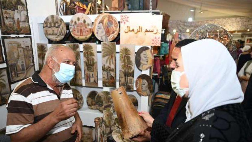 وزيرة التضامن  مع أحد العارضين بمعرض «ديارنا»