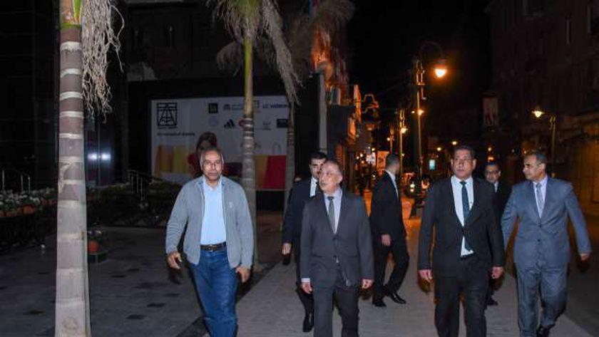 محافظ الإسكندرية في الشوارع لتفقد الحظر بعد بدءه بساعتين