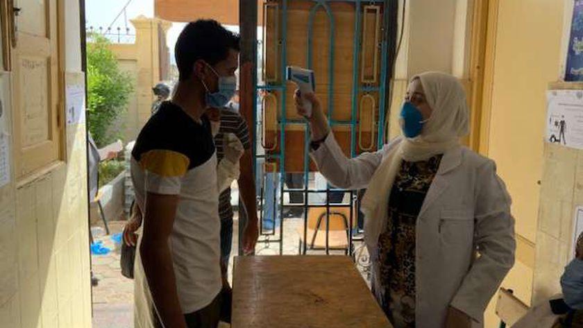 قياس درجة حرارة الطلاب قبل السماح لهم بدخول الامتحانات بسبب كورونا - صورة أرشيفية