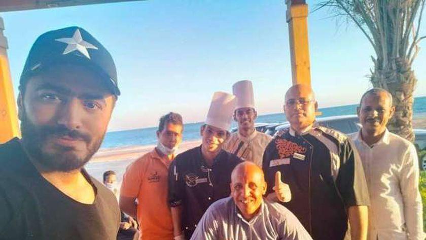 تامر حسني مع العاملين بالقطاع السياحي