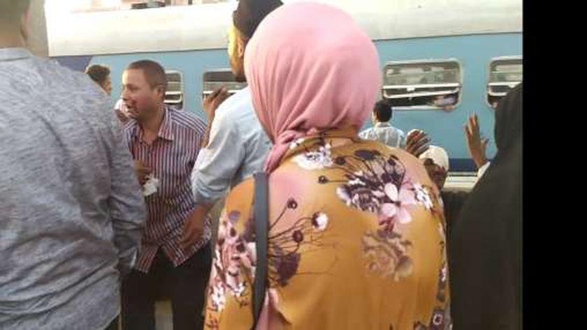 صور.. إصابة أمين شرطة وراكب نتيجة رشق مجهول لـ قطار مميز بالحجارة