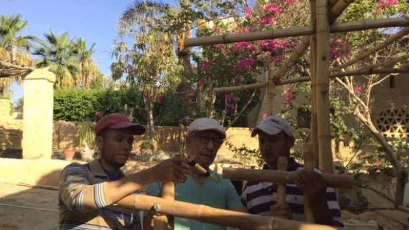 المعماري عادل فهمي يشرح لعاملين كيفية استخدام البامبو في البناء
