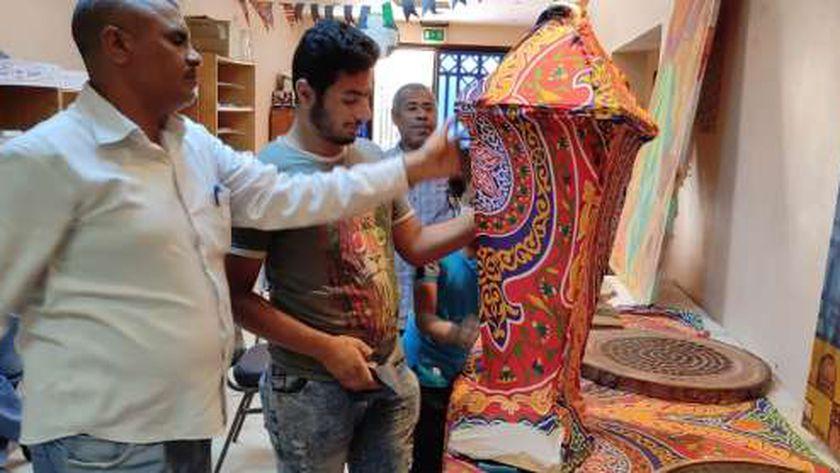 قبطي يشرف علي ورشة لتصنيع فوانيس رمضان بثقافة قوص